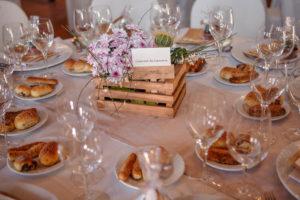 matrimonio arcobaleno sofia gangi eventi e co cuscino al tavolo