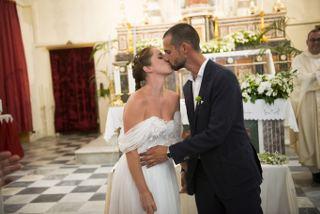 matrimonio a ustica sofia gangi eventi Bacio sposi-min_320x214